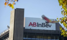 Letreiro da AB InBev no exterior de fábrica da marca Beck em Bremen, Alemanha Foto: Jasper Juinen / Bloomberg