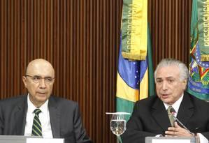 O presidente em exercício Michel Temer, ao lado do do ministro da Fazenda, Henrique Meirelles Foto: Givaldo Barbosa / Agência O Globo
