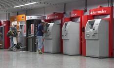 Caixas eletrônicos no terminal 1 do Aeroporto Internacional Tom Jobim Foto: Daniela Dacorso / Agência O Globo