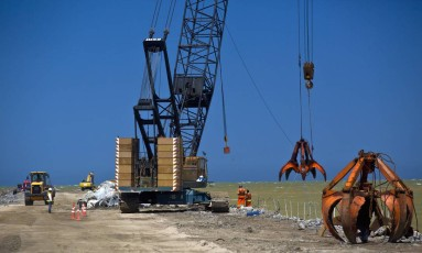 Guindaste em operação na construção de um dos novos terminais do Porto de Açu, em São João da Barra, sob administração da joint venture entre Anglo American e Prumo Logística Foto: Dado Galdieri / 04/12/2014 / Bloomberg