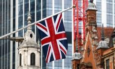 Bandeira britânica em edifício corporativo na City de Londres Foto: Chris Ratcliffe / Bloomberg