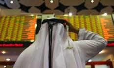 Operador observa painéis financeiros no Mercado Financeiro de Dubai Foto: Jasper Juinen / Bloomberg