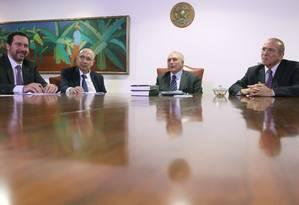 O presidente interino, Michel Temer, reunido com ministros antes de anunciar a meta fiscal de 2017 Foto: Jorge William / Agência O Globo