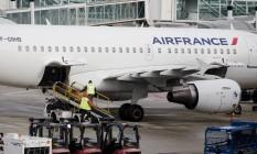 Avião da Air France no aeroporto Charles de Gaulle, em Paris Foto: Marlene Awaad / Bloomberg