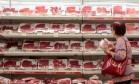 Seção de carnes em supermercado no Rio Foto: Pedro Kirilos / Agência O Globo