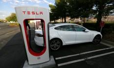 Modelo S da Tesla recarrega em estação Foto: Sam Mircovich / REUTERS