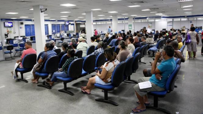 Beneficiários lotam agência do INSS em busca de atendimento Foto: Guilherme Pinto/Agência O Globo