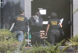 Policiais federais chegam à Superintendência da PF em Brasília com apreensões da Operação Greenfield, que investiga fraudes em fundos de pensão Foto: André Coelho/Agência O Globo