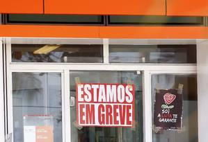 Agência do Itaú em São Francisco, Niterói, durante a greve dos bancários Foto: Luiz Ackermann / Agncia O Globo