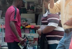 Contrabando à venda na Rua Uruguaiana, no Centro do Rio Foto: Pedro Kirilos/Agência O Globo