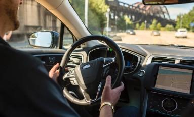Técnico fica ao volante nas primeiras viagens do serviço de carro autônomo lançado pelo Uber Foto: ANGELO MERENDINO / AFP