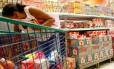 Prateleiras de leite em supermercado no Catumbi