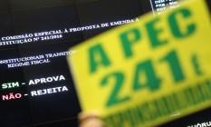 Deputados da base governista e da oposição erguem faixas e cartazes durante a Votação da PEC 241 na Câmara dos Deputados Foto: André Coelho / Agência O Globo