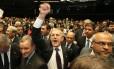O deputado e relator Darcísio Perondi comemora a aprovação da PEC 241 na Câmara dos Deputados
