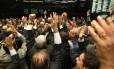 Deputados da base governista comemoram a aprovação da PEC 241 na Câmara dos Deputados
