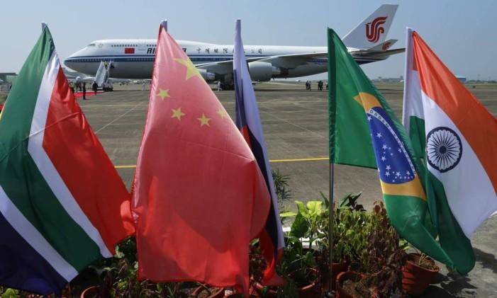 Bandeiras dos cinco países que compõem os Brics: África do Sul, China, Rússia, Brasil e Índia Foto: Anupam Nath / AP