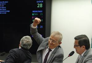 O relator da PEC 241/2016, deputado Darcísio Perondi, comemora votação da redação final da proposta Foto: Givaldo Barbosa / Agência O Globo