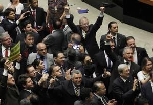 Parlamentares comemoram a aprovação da PEC do teto de gastos em segundo turno no plenário da Câmara Foto: Givaldo Barbosa / Givaldo Barbosa/Agência O Globo