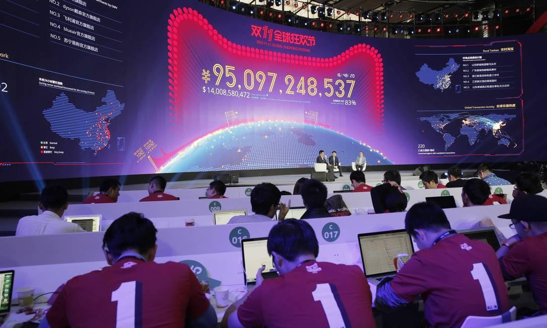 Painel mostra o desempenho de vendas do grupo Alibaba no Dia dos Solteiros Foto: Kin Cheung / AP