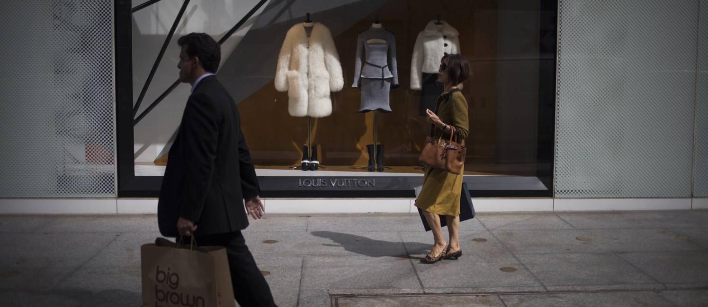 Pedestres passam em frente à loja da Louis Vuitton na 5ª Avenida, em Nova York: roupas, calçados e acessórios podem ser taxados Foto: John Taggart / Bloomberg