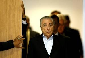 Michel Temer chegando à coletiva, neste domingo, no Planalto Foto: Jorge William / Agência O Globo