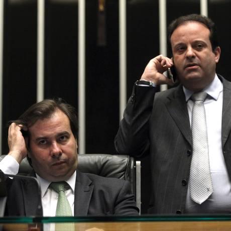 O presidente da Câmara, Rodrigo Maia (DEM-RJ), ao lado do deputado André Moura (PSC-SE), líder do governo em plenário durante sessão sobre projeto de renegociação da dívida dos estados Foto: Givaldo Barbosa/Agência O Globo