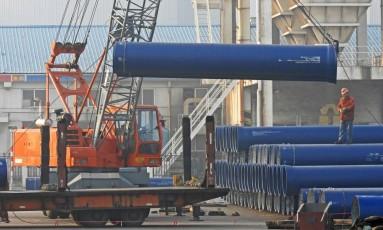 Trabalhadores no porto de Lianyungang,na província de Jiangsu na China: a atividade industrial da China Foto: STR / AFP