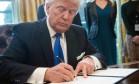 Donald Trump assina decreto para retomar construção de oleodutos Keystone XL e Dakota Foto: Nicholas Kamm / AFP