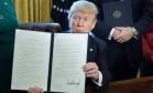Trump assina decreto que determina a revisão da lei que regula o sistema financeiro americano Foto: Brendan Smialowski / AFP