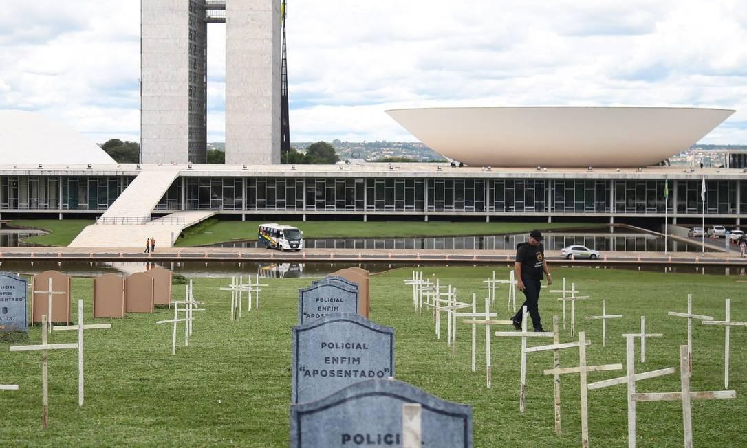 Policiais montam falso cemitário para protestar contra a reforma da Previdência Foto: Jorge William / Arquivo
