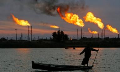 Chaminés nos campos de petróleo em Basra, Iraque Foto: Essam Al Sudani / Reuters