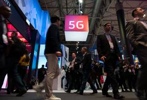Visitors walk under a 5G logo hanging from the ceiling on the second day of the Mobile World Congress on February 28, 2017 in Barcelona.Phone makers will seek to seduce new buyers with artificial intelligence functions and other innovations at the world's biggest mobile fair starting today in Spain. / AFP PHOTO / Josep Lago Foto: JOSEP LAGO / AFP