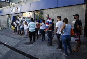 Trabalhadores fazem fila à espera da abertura de agência da Caixa para sacar saldo de FGTS em conta inativa Foto: Fernando Lemos / Agência O Globo