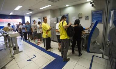 Fila para retirar saldo do FGTS de contas inativas em agência da Caixa em Copacabana, Rio de Janeiro Foto: Bárbara Lopes / Agência O Globo