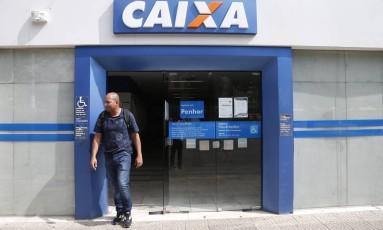 Alexandre Peres vai à Caixa mais de uma vez para conseguir sacar saldo integral do FGTS em contas inativas Foto: Marcos Alves / Agência O Globo