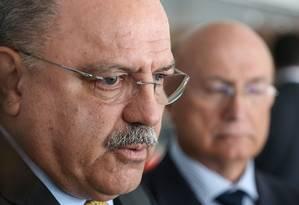 Ministro Chefe do Gabinete de Segurança Institucional (GSI), o general Sérgio Etchegoyen (ao fundo) Foto: Andre Coelho / Agência O Globo