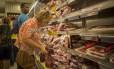 Seção de carnes em mercado no Rio