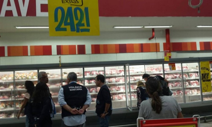 """Equipe da Vigilância Sanitária percorre supermercados no Rio após operação """"Carne Fraca"""" Foto: Marcela Sorosini"""