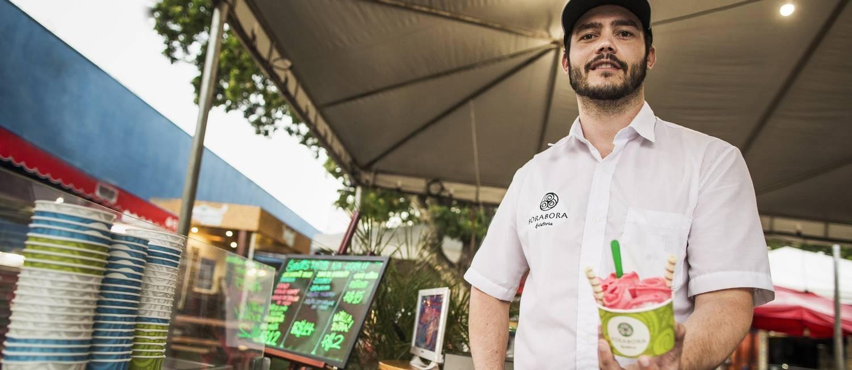 Lhan Leal, de 27 anos, é sócio de um food truck de sorvetes Foto: Guito Moreto / Agência O Globo