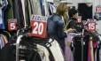 Loja de roupas em São Paulo. Setor de serviços e alimentos contribuem para queda da inflação, apontam especialistas