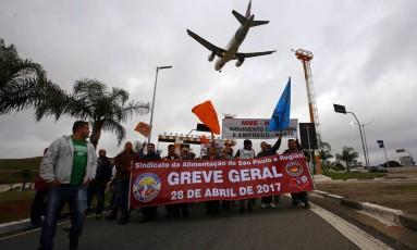Manifestantes protestam na principal via de acesso ao aeroporto de Congonhas contra as reformas do governo Foto: Edilson Dantas / Agência O Globo