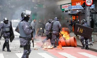 Manifestantes fazem protesto no centro de São Paulo contra as reformas do governo Foto: Edilson Dantas / Agência O Globo