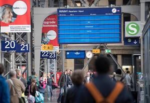 Painéis eletrônicos das estações de Frankfurt, na Alemanha, saíram do ar devido ao ciberataque Foto: BORIS ROESSLER / AFP