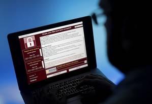 Tela de bloqueio de ataque cibernético avisa que arquivos foram criptografados Foto: Simon Dawson / Bloomberg