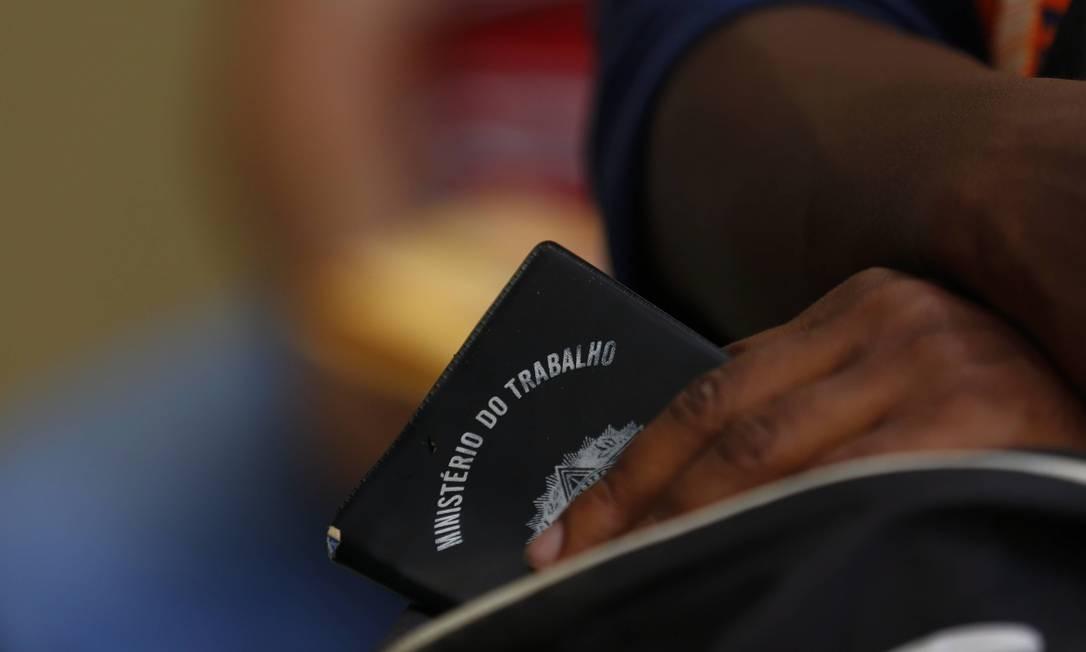 Carteira de trabalho: desemprego brasileiro está entre os mais maiores do mundo Foto: Pablo Jacob / Agência O Globo
