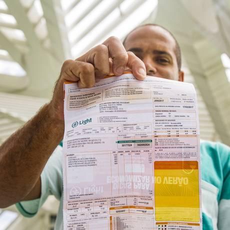 Conta de luz com taxas extras Foto: Ana Branco / Agência O Globo