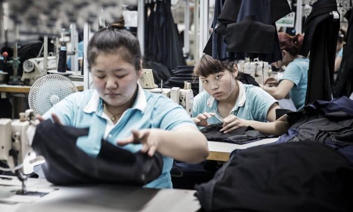 Produção de roupa na fábrica do Grupo Shandong Ruyi Technology em Jining, na China. Foto: Qilai Shen / Bloomberg