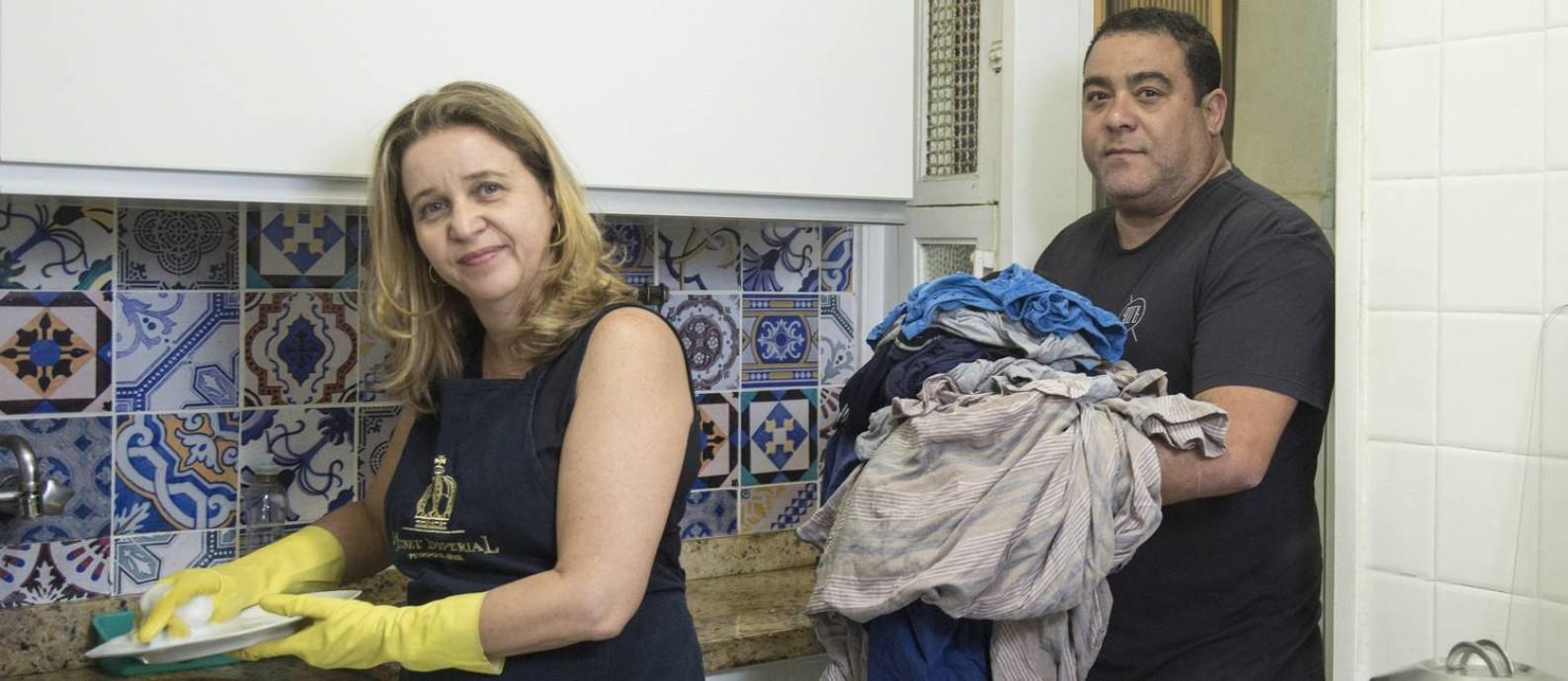 O casal Claudia Tavares e Sinclair Albuquerque: cozinha e cuidado dos filhos tomam mais tempo Foto: Ana Branco / Agência O Globo