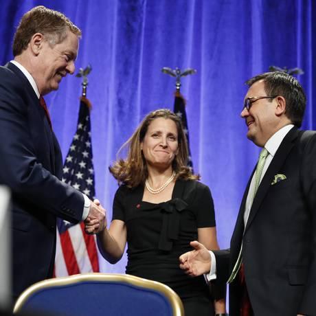 Robert Lighthizer, representante do Comércio dos EUA (à esquerda), Chrystia Freeland, ministra de Relações Exteriores do Canadá, e Ildefonso Guajardo Villarreal, secretário de Economia do México, após conferência do Nafta, em agosto de 2017 Foto: Jacquelyn Martin / AP
