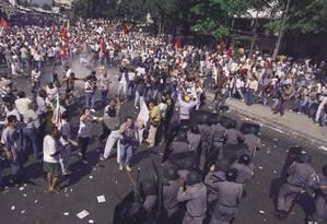 As ruas do Centro do Rio ficaram tomadas por protestos contra a privatização da Vale em 29 de abril de 1997. Foto: Fernando Maia / Agência O Globo